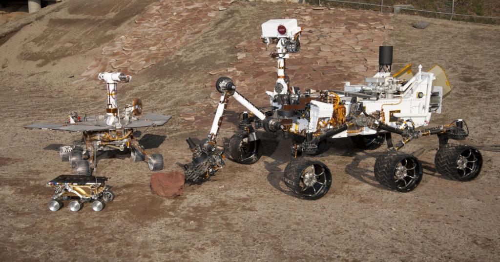 Al centro il primo Mars Rover che arrivò su Marte nel 1997. A sinistra il Mars Rover Spirity e Opportunity che arrivò nel 2004. A destra il Mars Science Laboratory test arrivato nel 2012.