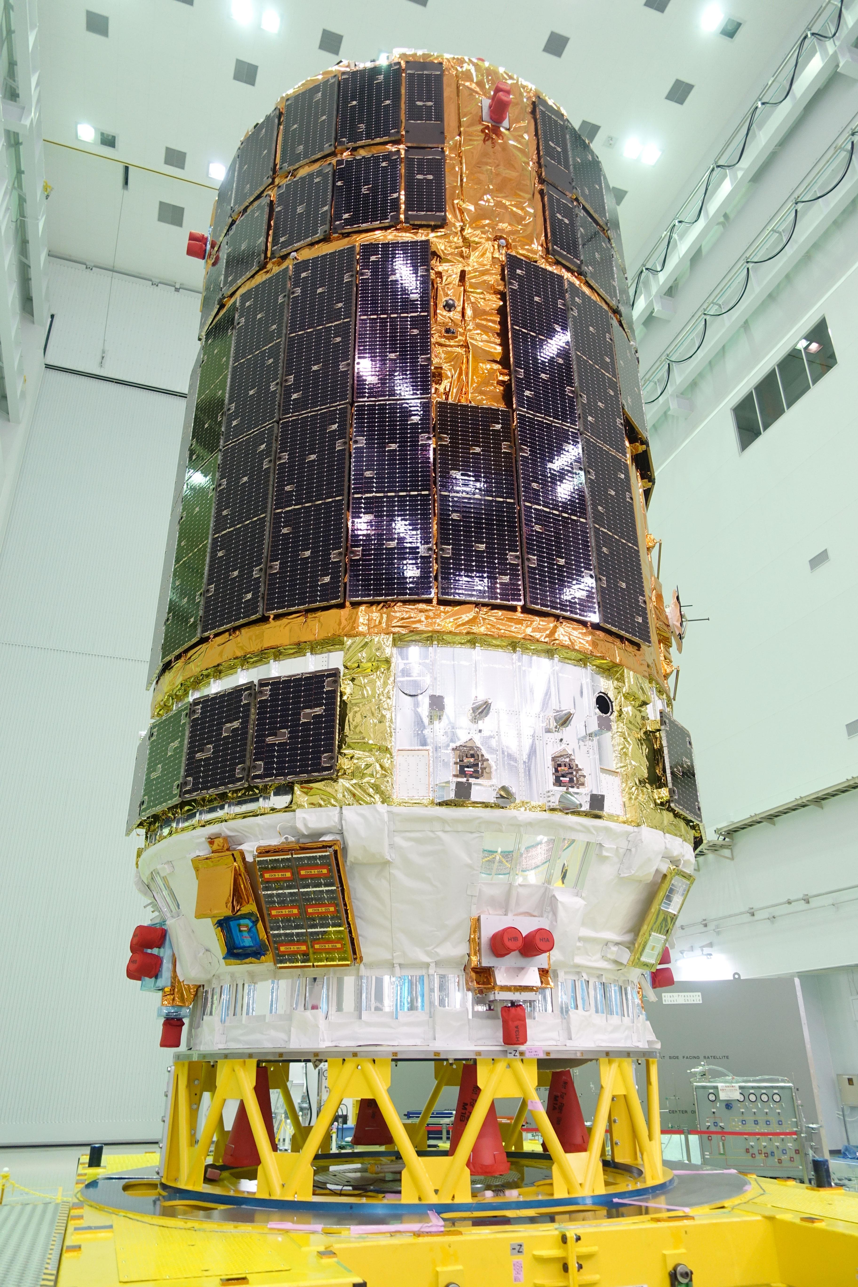 L'aspetto di HTV-6 è caratterizzato dalla presenza di 48 pannelli solari, montati direttamente sulla superfice del veicolo. Credit: JAXA